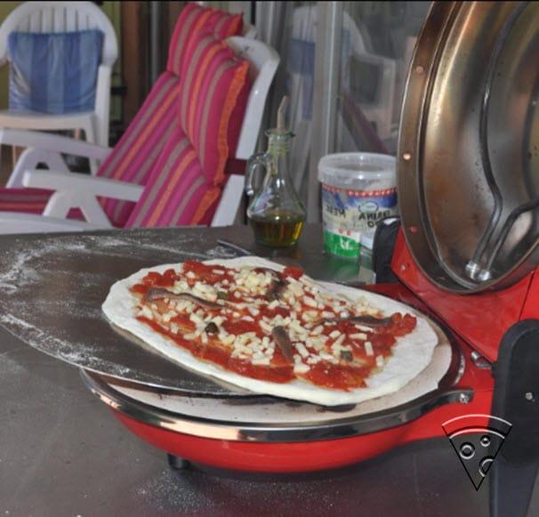 Cuisson d'une pizza avec le four à pizza électrique Spice SPP029R