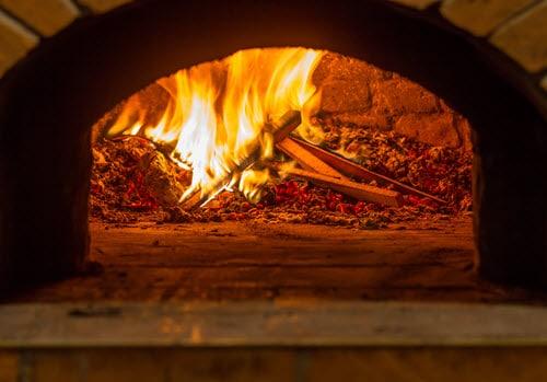 Du bois qui brûle dans les fours à pizza