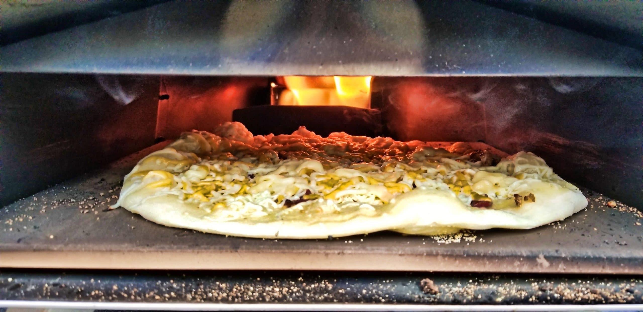 Pizza dans le four OONI3
