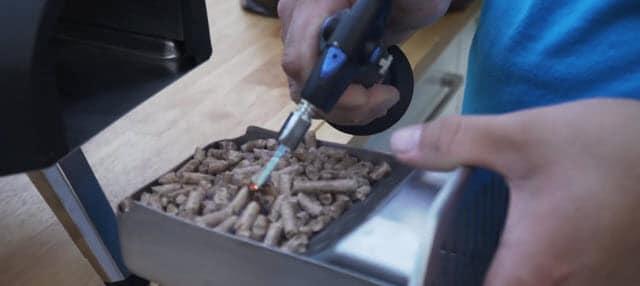 Allumage des pellets avec un chalumeau.