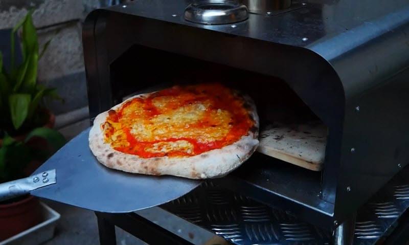 Cuisson d'une pizza margarita avec le four Klarstein Diavolo