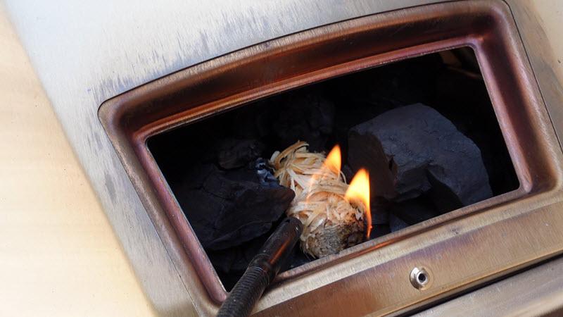 Le Ooni Karu peut être alimenté initialement au bois ou au charbon. Un module additionnel, vendu séparément, permet de l'alimenter au gaz.