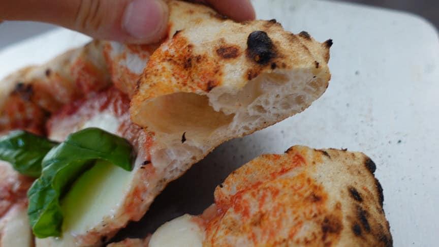 Alvéoles sur une pate à pizza napolitaine traditionnelle