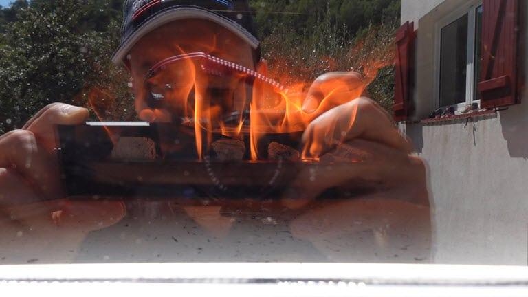 Les buchettes permettent de faire monter le four à haute température. La porte vitrée permet de vérifier si on doit rajouter du bois.