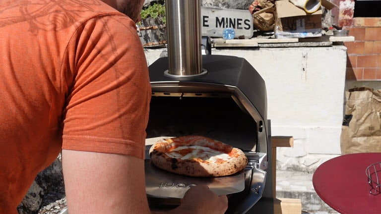 La pizza margarita sort du Ooni Karu 16 parfaitement cuite.